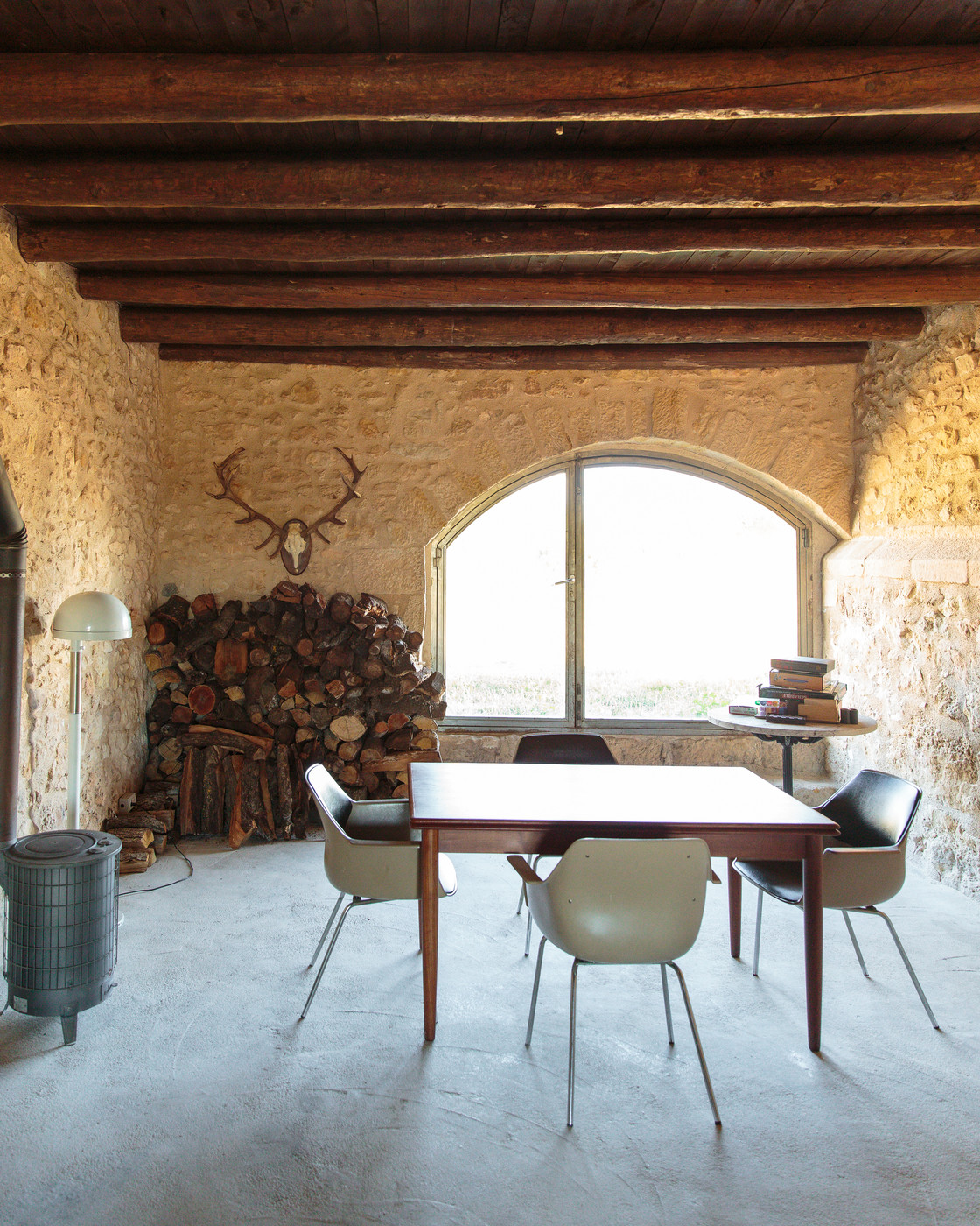 Rustic wall treatment photos design ideas remodel and decor lonny - Rustic wall covering ideas ...