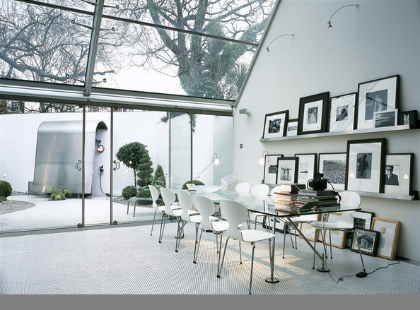 Sloping roof photos design ideas remodel and decor lonny - Table en verre avec chaises ...