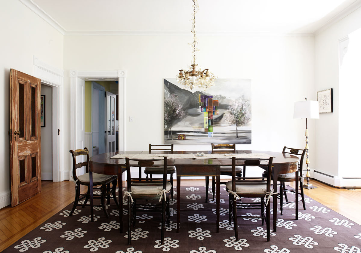 In the dining room, Moylan laced a gilded garland around a pendant lamp left by the previous homeowner and chose an expansive antique table for hosting her frequent dinner parties.