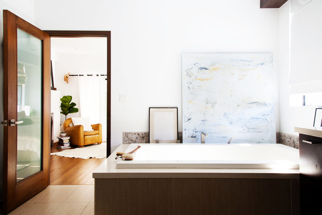 Lean on 10 easy ways to revamp your rental bathroom lonny for Easy ways to revamp your bathroom