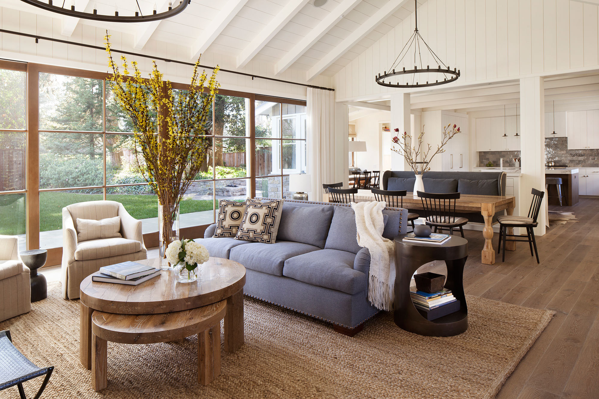 For a family home in Menlo Park, California, interior designer Jen Macdonald and architect Tim Chappelle collaborated to create a unique indoor-outdoor space.